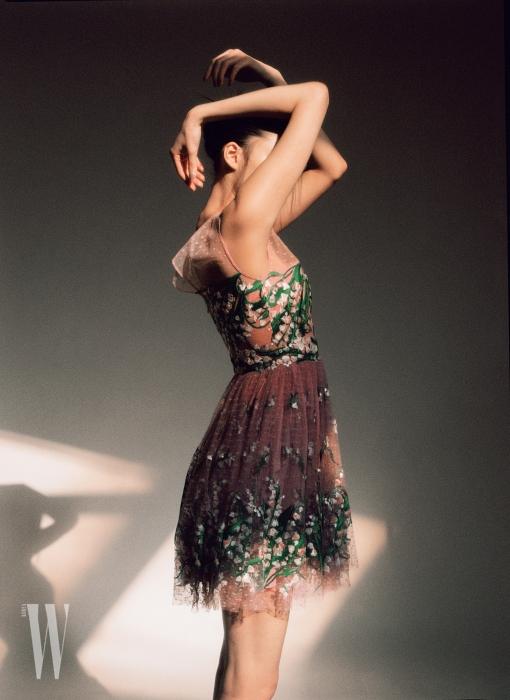 초록색 잎사귀와 잔잔한 꽃을 수놓은 레이스 드레스는 블루마린 제품. 6백30만원대.