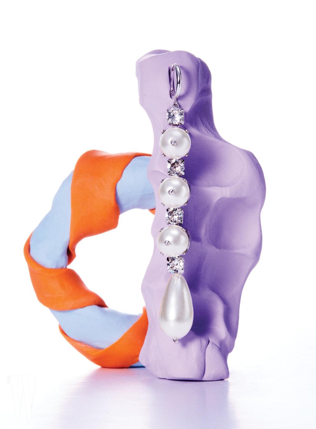진주와 크리스털의 조합이 조화로운 귀고리는 시몬 로샤 by 분더샵 제품. 39만원.