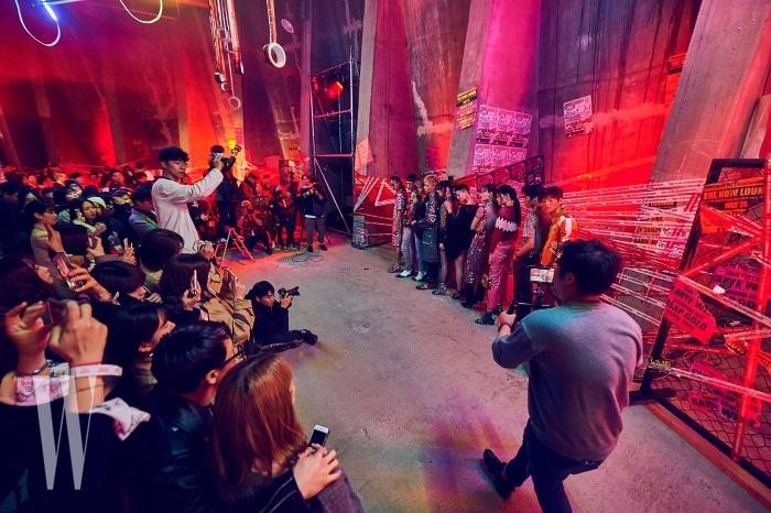 참석자들이 지켜보는 가운데 진행된 더블유 매거진의 패션 화보 촬영 현장.