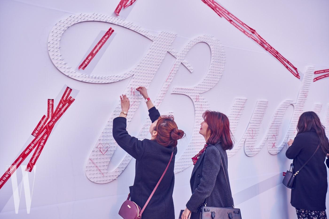 메인무대 바깥에선 참석자들이 일상 속 평범한 물건으로 버드와이저 로고를 완성했다.