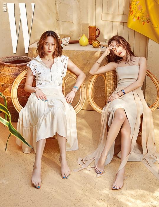 크리스탈이 착용한 펀칭 메탈 링 장식의 드레스는 Chloé, 제시카가 착용한 슬릿 드레스는 MaxMara 제품.