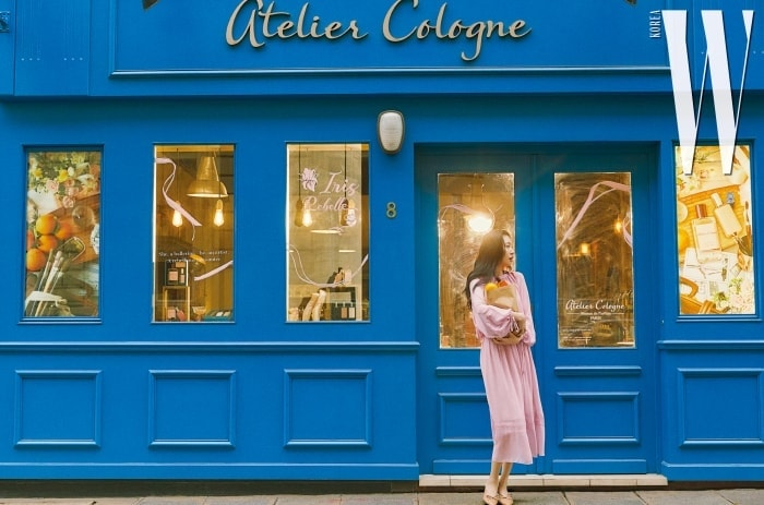 아틀리에 코롱의 매장은 눈이 시리도록 푸른 '베네치안 블루' 컬러를 입고 있다.