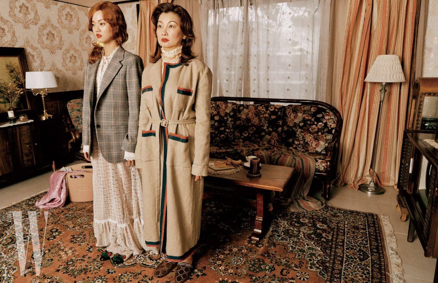 모녀가 착용한 룩과 액세서리, 세탁 바구니를 닮은 러버 소재 백은 모두 Gucci 제품.