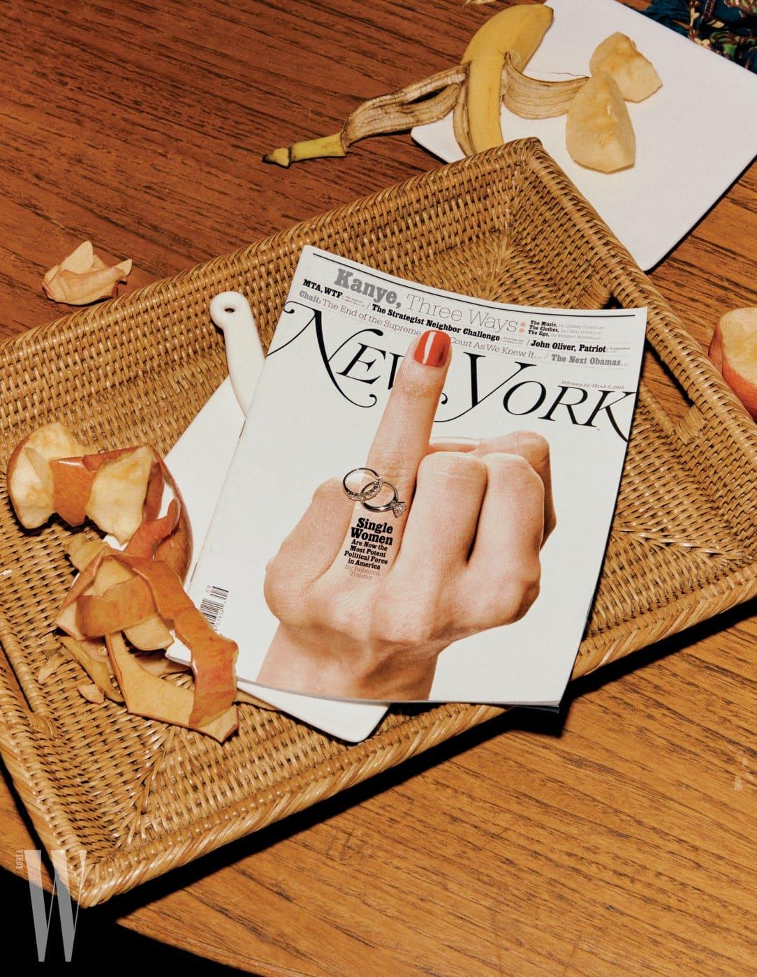 시그너처 티파니 세팅이 돋보이는 다이아몬드 웨딩 링과 티파니 임브레이스 밴드링은 Tiffany&Co. 제품.