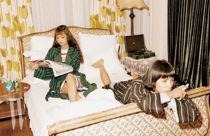 젊은 아내가 착용한 줄무늬 니트 드레스는 Tommy Jeans, 로브는 LovLov Seoul 제품. 젊은 남편이 착용한 셔츠는 Polo Ralph Lauren, 로브는 LovLov Seoul 제품 .
