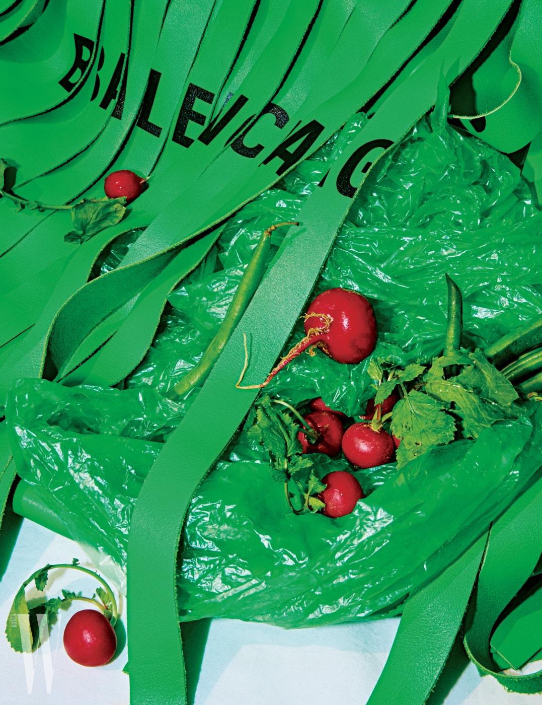 강렬한 초록빛을 머금은 오버사이즈 프린지 장식이 독특한 '런드리 백'은 발렌시아가 제품. 가격 미정.