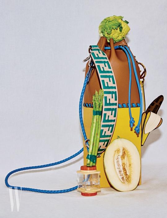 앙증맞은 크기의 버킷백 디자인으로, '나만의 특별한 보물'이라는 의미를 담은 가방. F 로고 장식의 볼드한 스트랩은 44만원, 바나나 참 장식은 68만원, '몽트레죠' 핸드백은 1백98만원. 모두 펜디 제품.