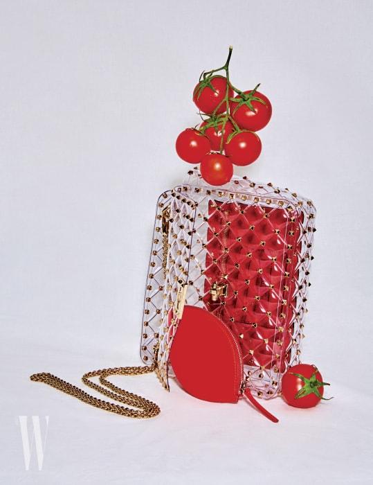투명한 PVC 소재에 브랜드 특유의 락스터드가 장식된 미니 백은 발렌티노 제품. 2백52만원. 꽃잎 모양을 모티프로 한 페탈 지갑은 마뛰뷔×김해김 제품. 9만8천원.