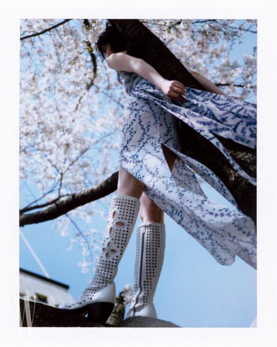 아일릿 펀칭 롱부츠는 끌로에 제품. 드레스는 막스마라 제품.