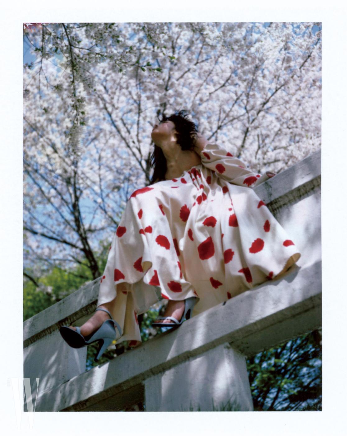 하늘색 오픈토 슈즈와 오프숄더 드레스는 캘빈 클라인 205W39NYC 제품.