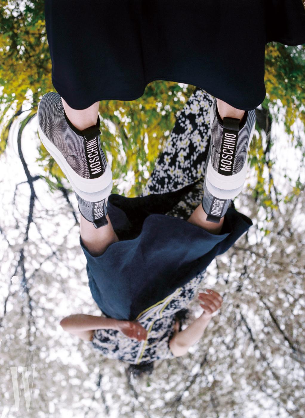 스포티한 밴딩 장식 운동화는 모스키노 제품. 꽃무늬 드레스는 스포트막스 제품.