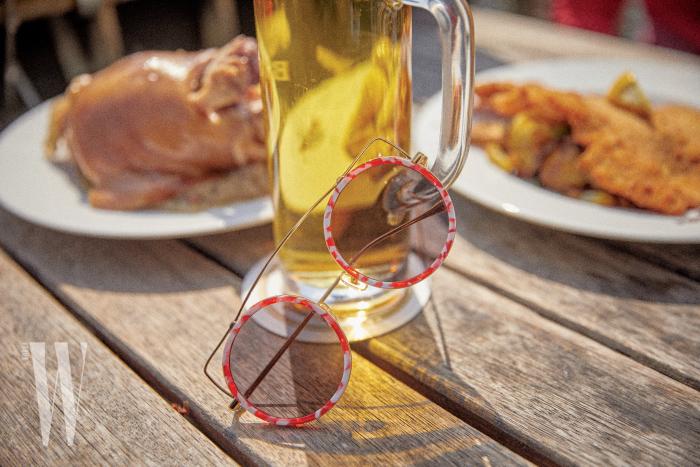 브리지가 독특한 원형 선글라스는 스테판 크리스티앙 제품. 18만5천원.