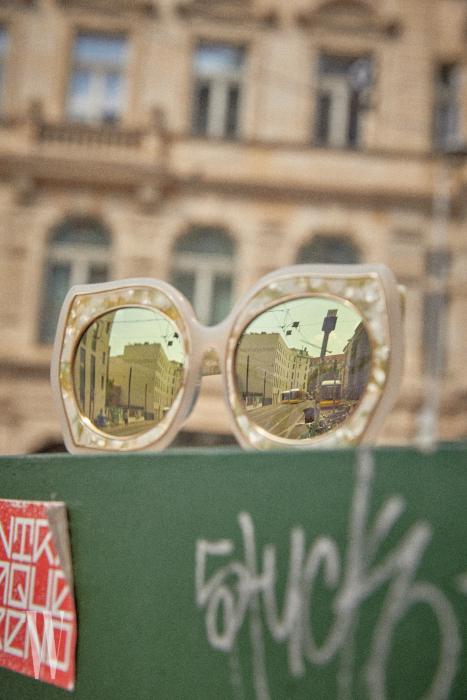 개성 넘치는 프레임의 미러 선글라스는 스테판 크리스티앙 제품. 36만원.