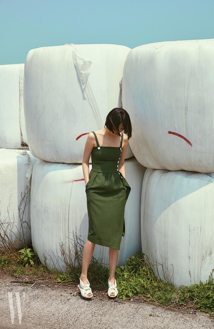 드레스는 Eudon Choi, 슈즈는 Cos 제품.