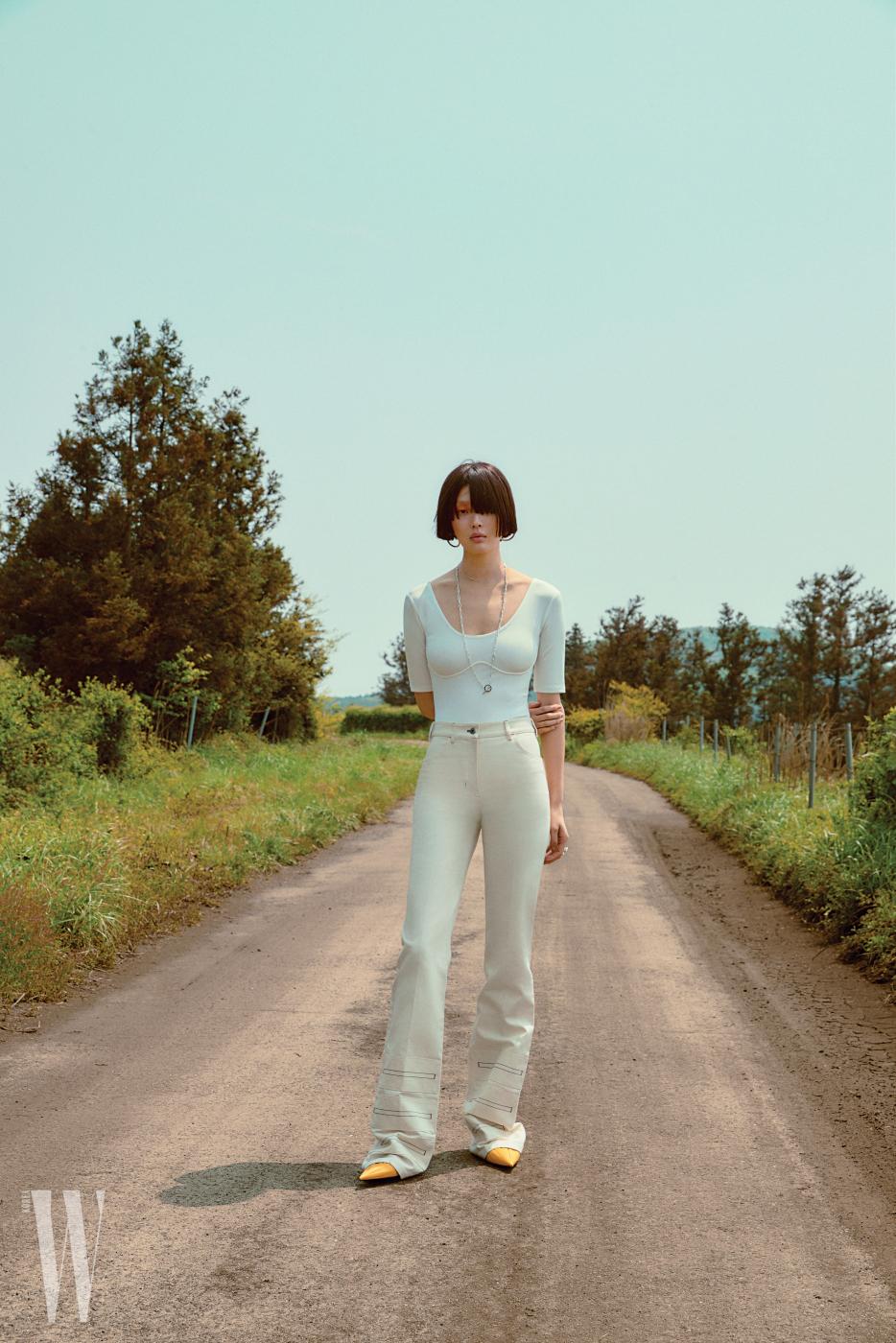 화이트 보디슈트는 H&M, 팬츠, 실버 체인 목걸이는 Hermes, 골드 목걸이는 Numbering, 귀고리는 Laura Lombardi by Net-aPorter, 슈즈는 Balenciaga 제품.