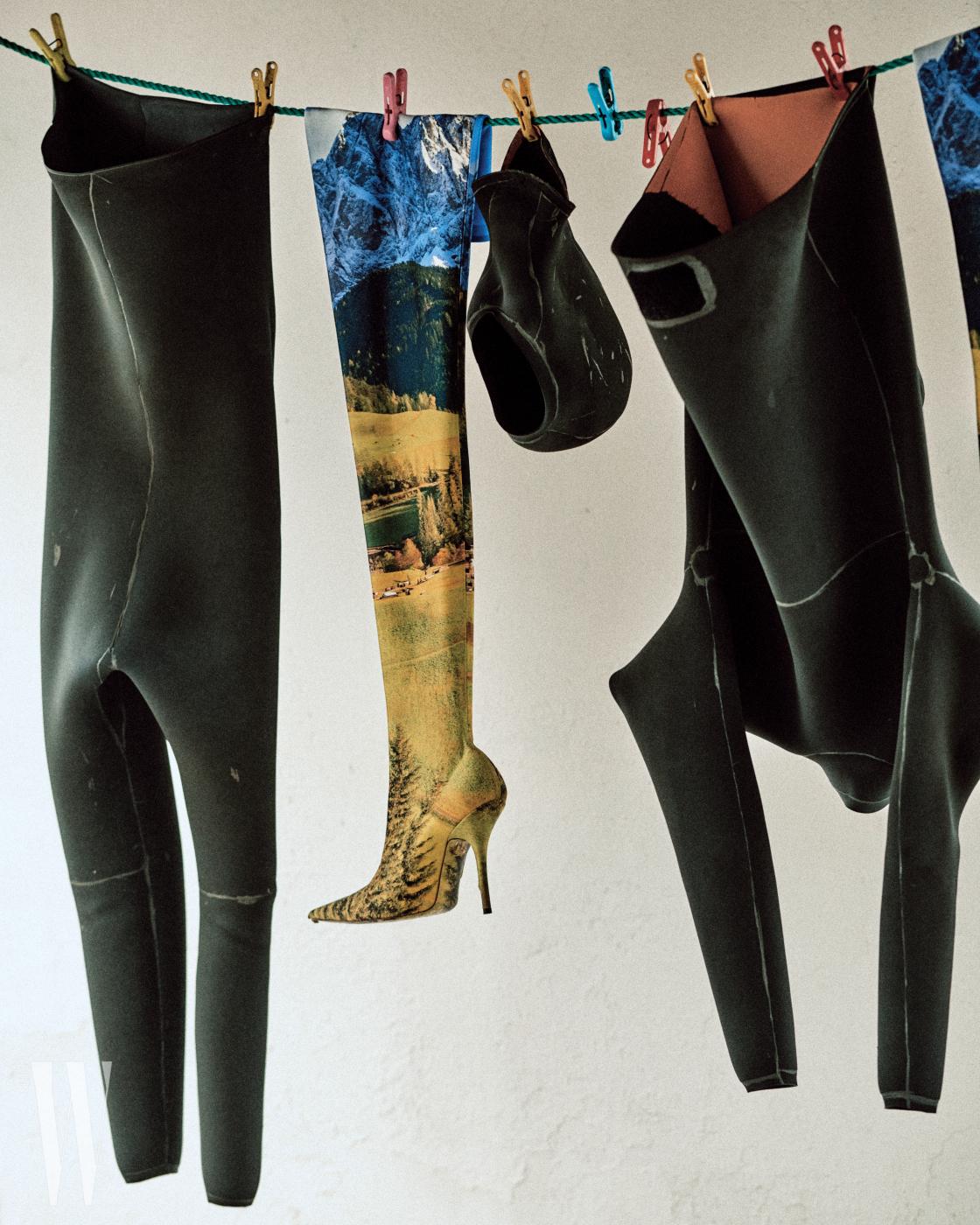 해녀의 작업복과 함께 걸려 있는 사이하이 부츠는 Balenciaga 제품.