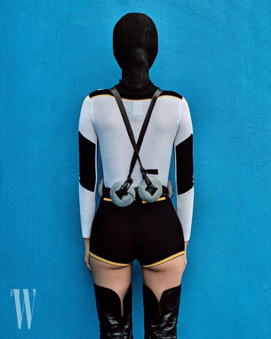 니트 소재의 보디슈트는 Dior, 검은색 사이하이 부츠는 Gucci 제품.