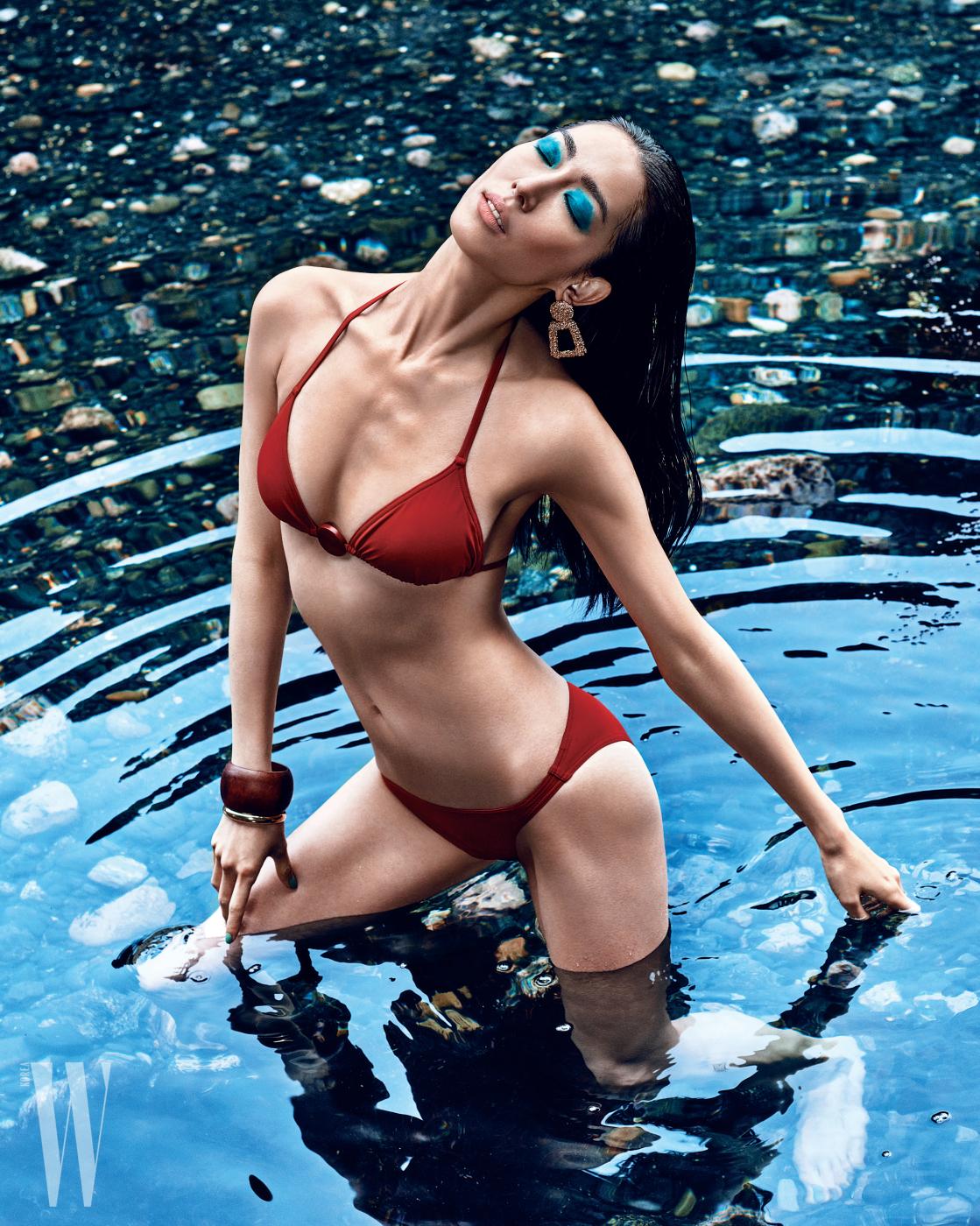 붉은색 비키니 수영복은 에르메스, 골드 귀고리는 자라, 뱅글은 에치엔앰 제품.