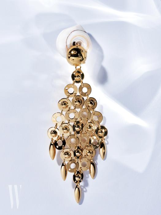 화려한 샹들리에를 연상시키는 골드 귀고리는 프라다 제품. 61만원.