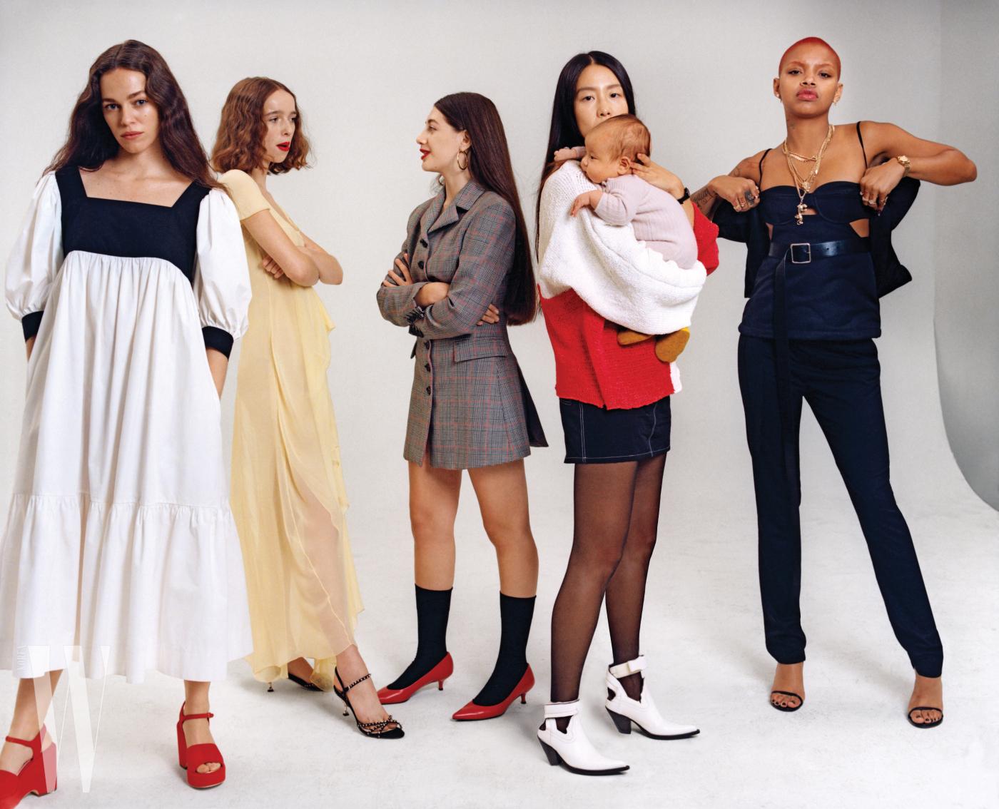 기자이자 배우, 그리고 모델인 헤일리 게이츠가 입은 드레스는 마리엄 나시르 자데, 빨간 웨지 신발은 샤넬 제품. 모델 올리비아 포르테가 입은 노란색 드레스는 시스 마잔, 신발은 미우미우 제품. 사진작가 사샤 알코세르가 입은 체크무늬 드레스는 매튜 애덤스 돌란, 양말은 팔케, 신발은 스튜어트 와이츠먼, 귀고리는 개인 소장품. 에크하우스 라타 쇼 당시 8개월째 임신 중이던 작가 마이아 루스 리가 입은 스웨터와 치마는 에크하우스 라타, 스타킹은 팔케, 부츠는 메종 마르지엘라, 시계는 개인 소장품. 모델 슬릭 우즈가 착용한 톱과 팬츠는 모두 헬무트 랭 by 셰인 올리버, 가죽 벨트는 알렉산더 매퀸, 신발은 스튜어트 와이츠먼, 액세서리는 모두 개인 소장품.