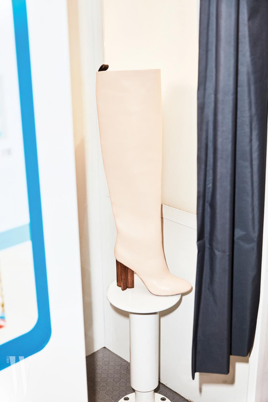 조형적인 나무 굽이 특징인 부츠는 루이 비통 제품. 가격 미정.