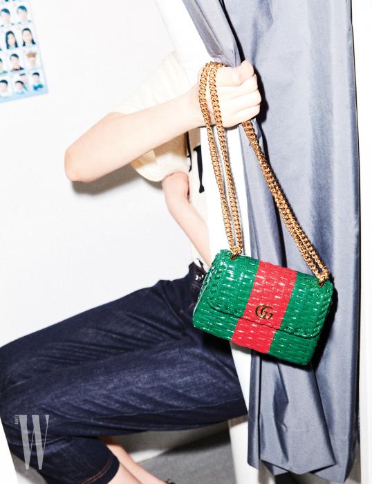 코팅된 라피아 소재 미니 체인 백은 구찌 제품. 2백만원대.