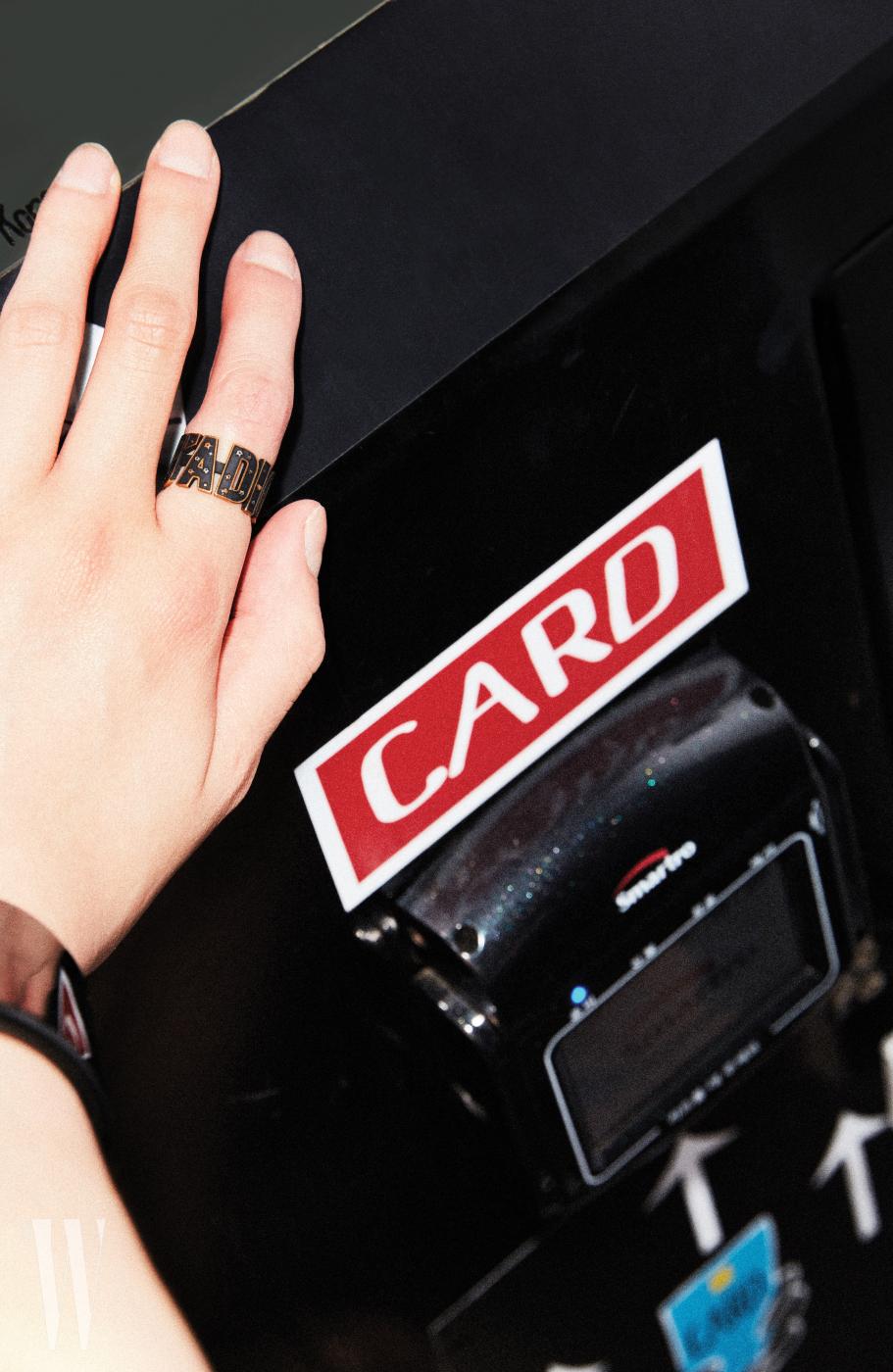 검은색 레터링 반지는 디올 제품. 가격 미정.