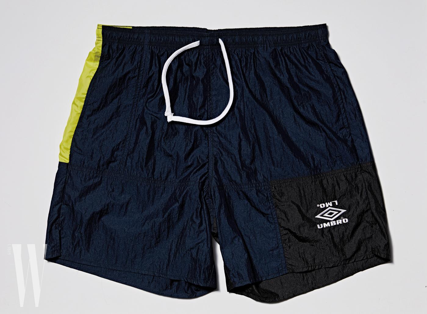 엄브로와 협업한 풋볼 캡슐 컬렉션은 LMC 제품. 크로스 백은 4 만 9천원, 풋볼 쇼츠는 6 만 5천원 .