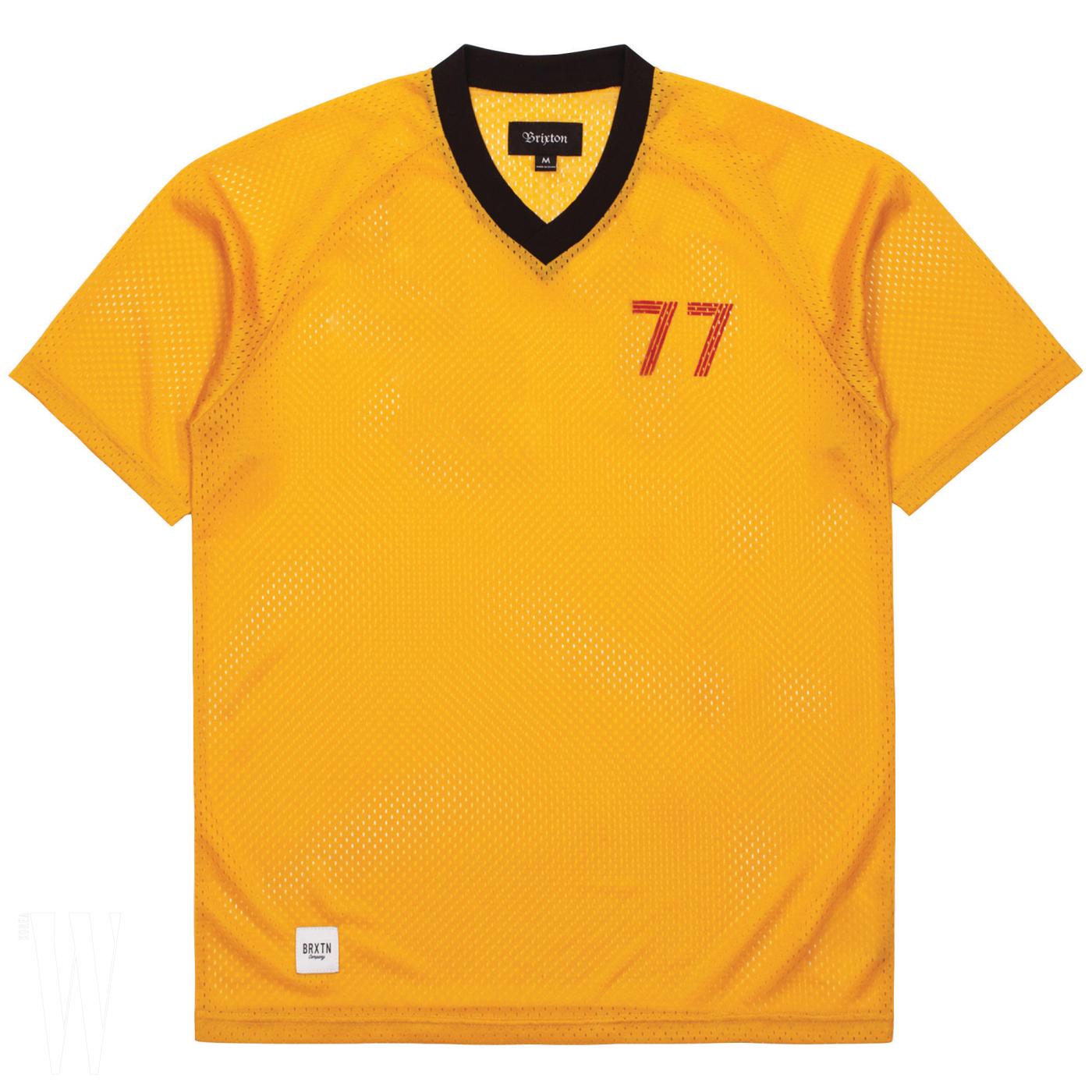 클래식한 디자인의 축구 유니폼은 브릭스톤 by 웍스아웃 제품. 5만3천원.