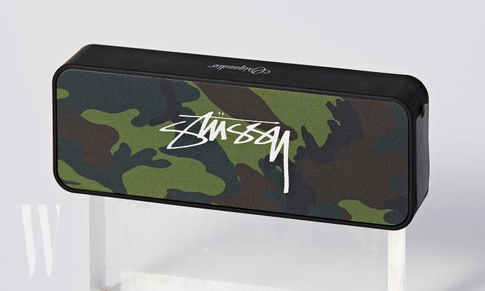 카무플라주 무늬의 블루투스 포터블 스피커는 스투시 제품. 25 만 9천원.