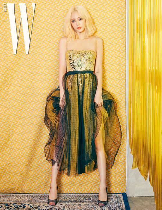검은색 샤 스커트가 매치된 스팽글 드레스는 Dior, 메시 소재 검정 힐은 Tom Ford 제품.