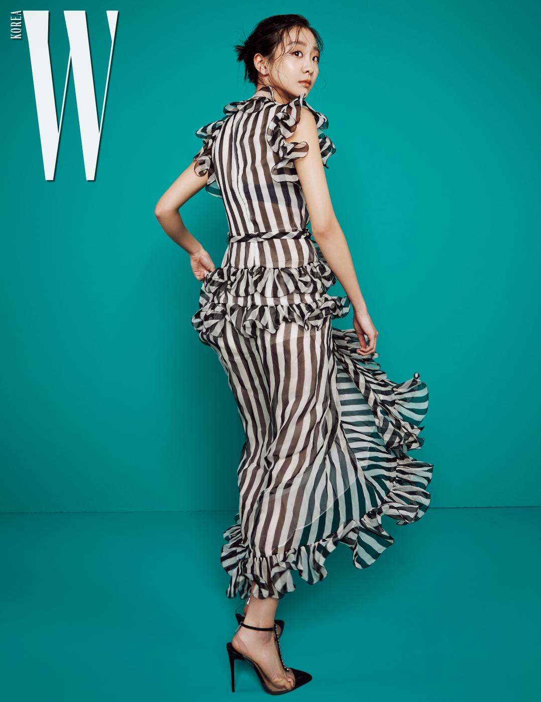 줄무늬 검정 드레스는 발렌티노, 검정 스트랩 힐은 크리스찬 루부탱 제품.