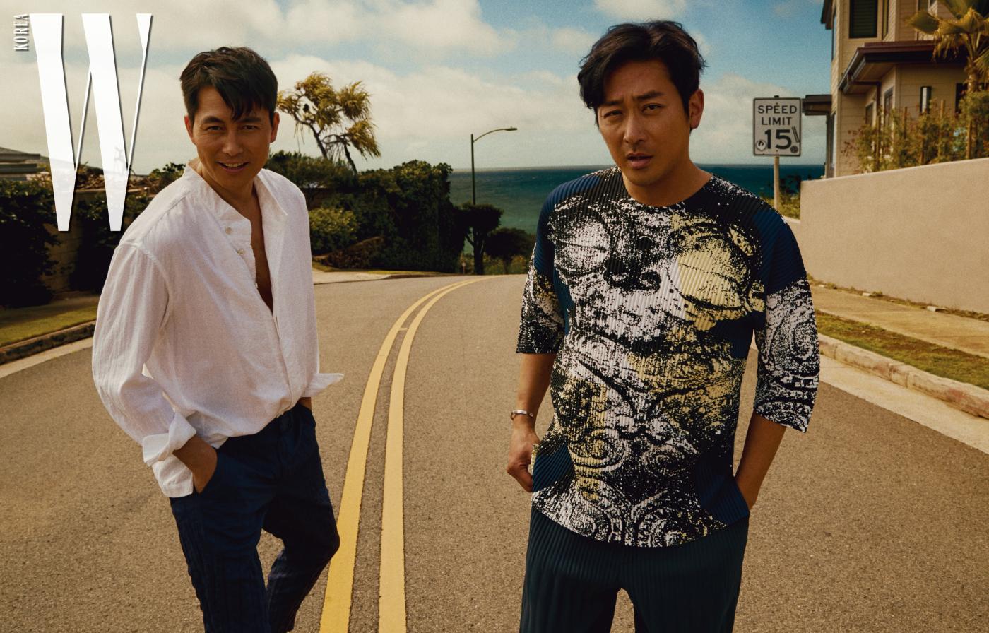 정우성이 입은 셔츠, 팬츠는 Issey Miyake Men, 하정우가 입은 주름 디테일 톱과 팬츠는 Homme Plisse Issey Miyake, 브레이슬릿은 Unipair 제품 .
