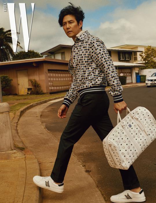 가방은 MCM 제품. 프린트 재킷, 팬츠, 셔츠, 슈즈는 모두 Bottega Veneta 제품.