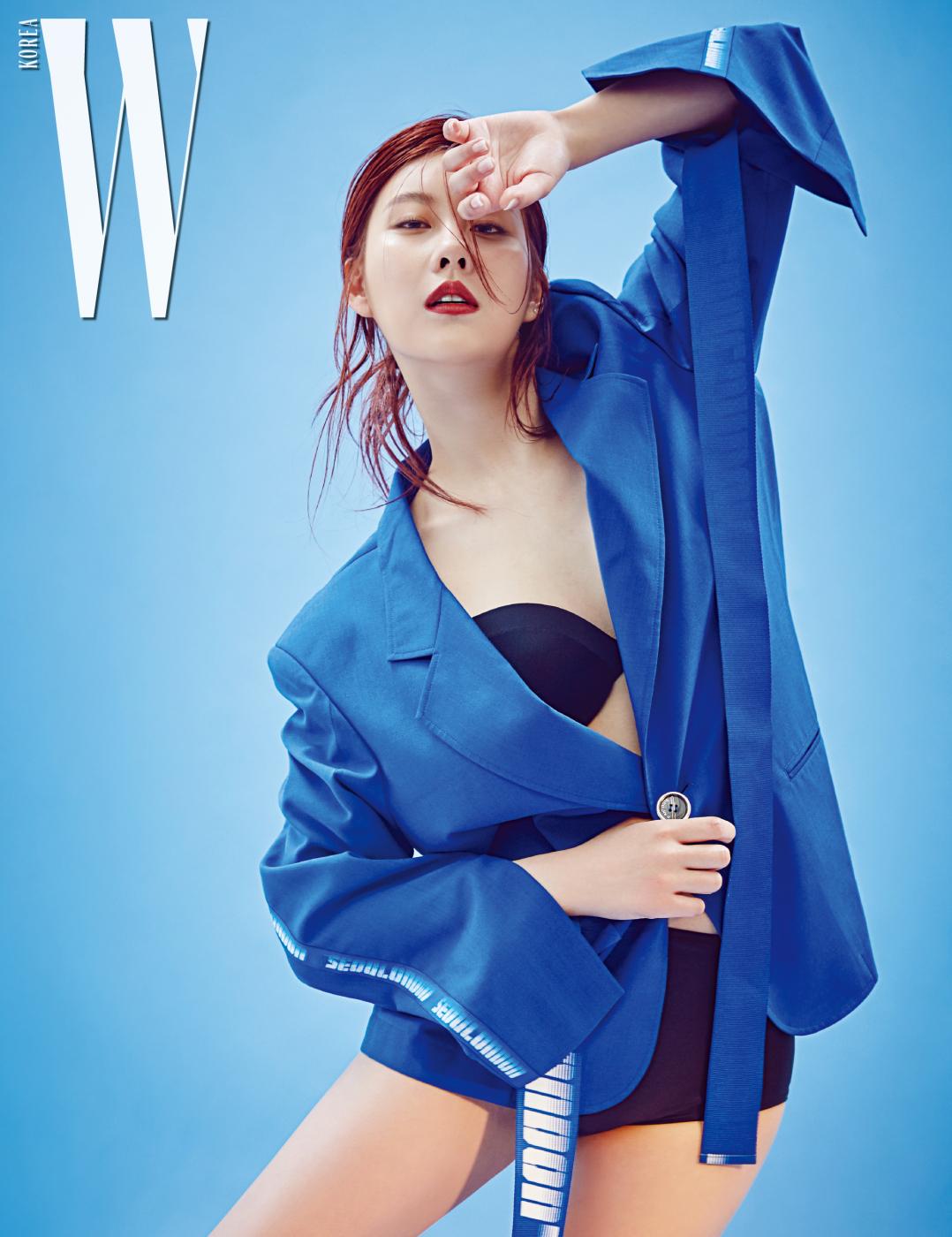 파란색 재킷은 디-앤티도트 제품, 검정 브라톱과 브리프는 본인 소장품.