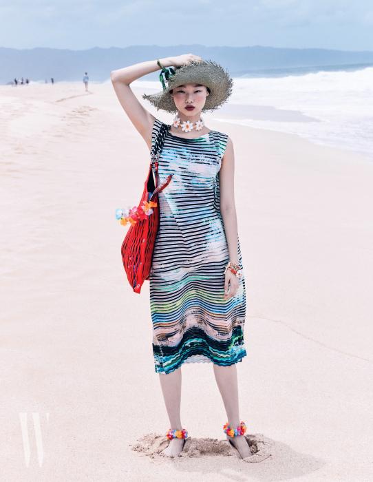 드레스는Issey Miyake, 가방은SoniaRykiel, 모자는Terre 제품.