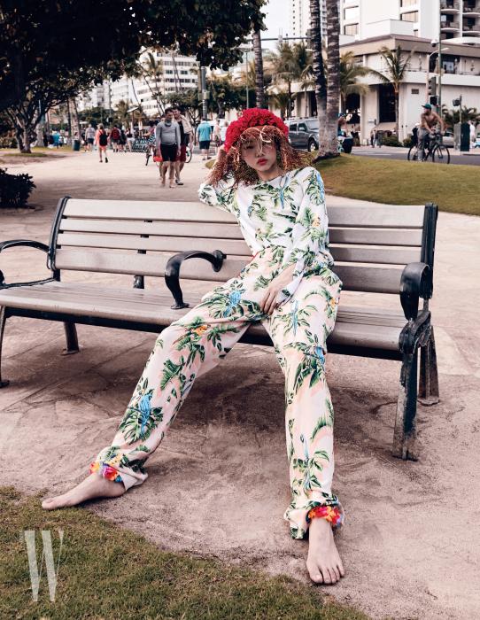 야자수프린트블라우스, 팬츠는Stella McCartney, 모자는Terre 제품.