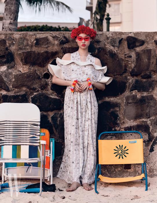 드레스는Louis Vuitton, 선글라스는Urban Outfitters 제품.