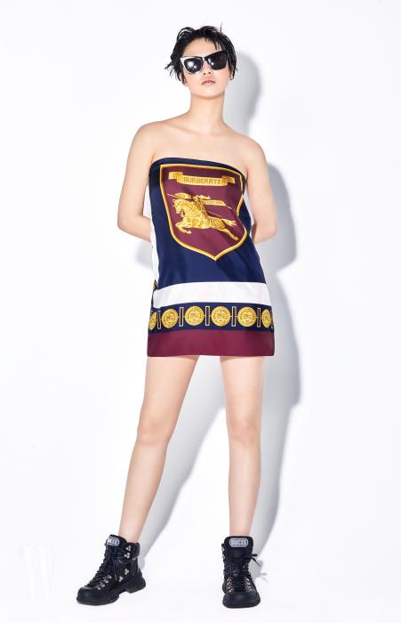 검정 선글라스는 생로랑 제품. 가격 미정. 튜브톱 드레스처럼 연출한 빈티지 로고 프린트 스카프는 버버리 제품. 90만원대.