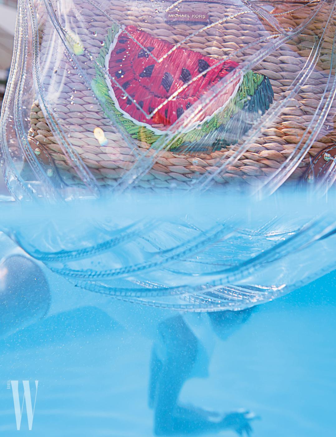 수박 모양의 자수를 장식한 밀짚 클러치는 마이클 마이클 코어스제품. 51만원. 투명한 PVC 백은 샤넬 제품. 가격 미정.