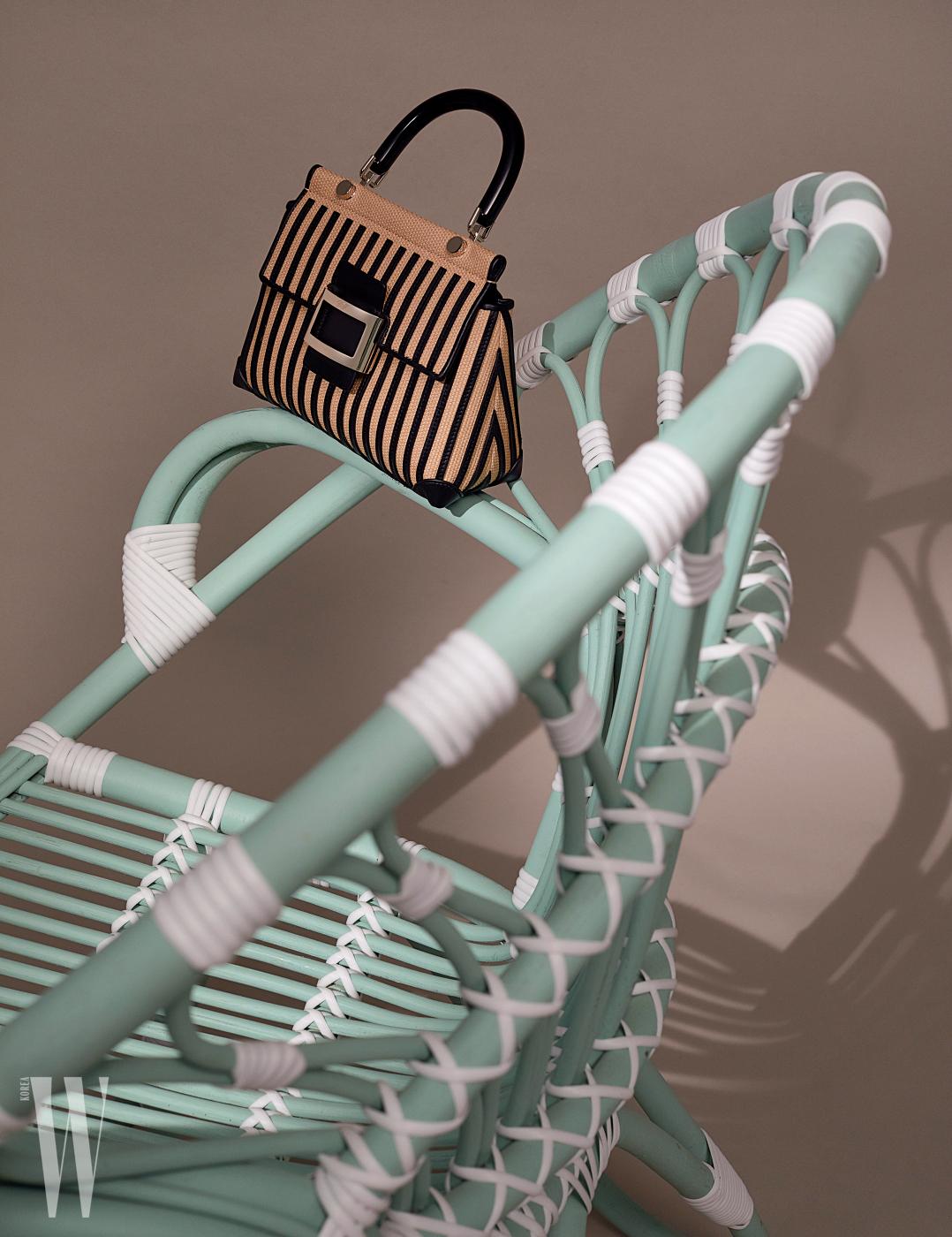 라피아와 가죽 장식의 섬세한 조화가 인상적인 스트로 까바 미니 백은 로저 비비에 제품. 3백90만원대. 의자는 소프트 퍼레이드 제품. 가격 미정.