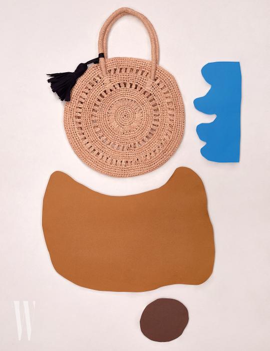 동그란모양이독특한스트로가방은 메종N.H 파리by 비이커제품. 19만5천원.