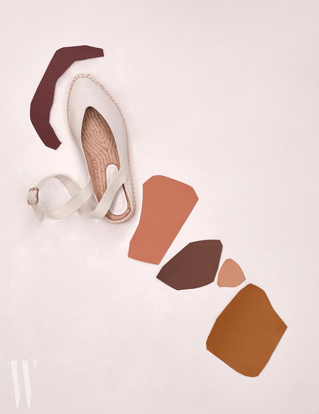 발목을 감싸는 스트랩 장식의 에스파드리유는 스튜어트 와이츠먼 제품. 40만원대.