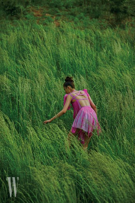 여러 개 끈으로 장식한 프린지 드레스는 니나리치 제품. 가격 미정.