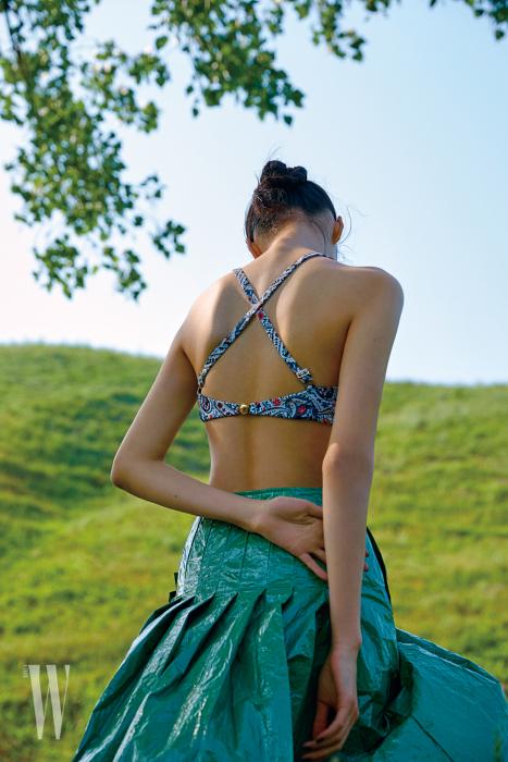 등이 X 자 형태로 된 수영복은 루이 비통 제품. 가격 미정. 바스락거리는 소재의 치마는 코스 제품. 17 만5천원.