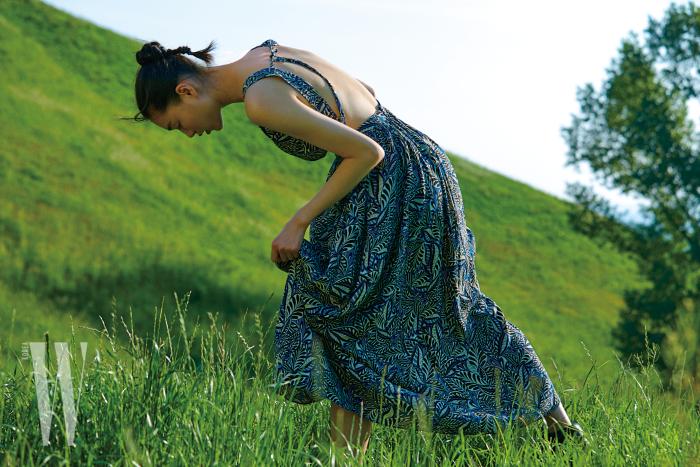 등이 깊게 파인 드레스는 베르니스 제품. 42만9천원.