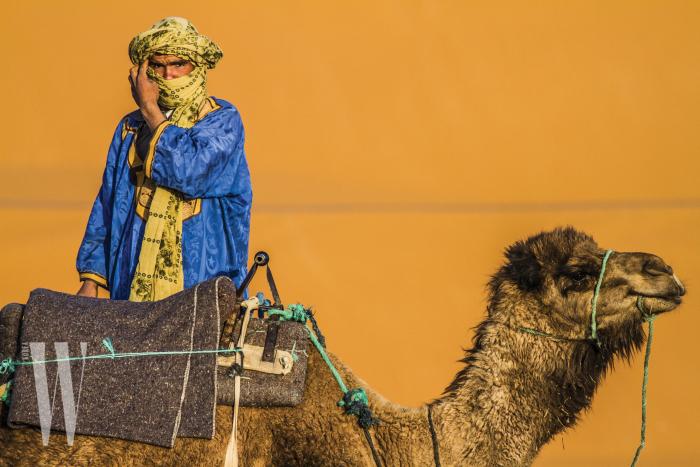 드넓은 사막에서 사람들을 친절히 안내해주는 모로코 부족.