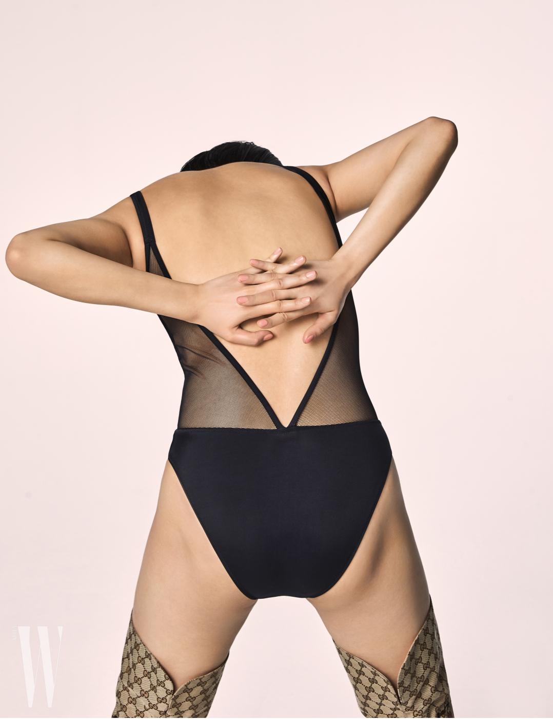 뒷면의 아찔한 커팅이 특징인 수영복은 캘빈클라인 언더웨어 제품. 15만9천원. 사이하이 부츠는 구찌 제품. 가격 미정.