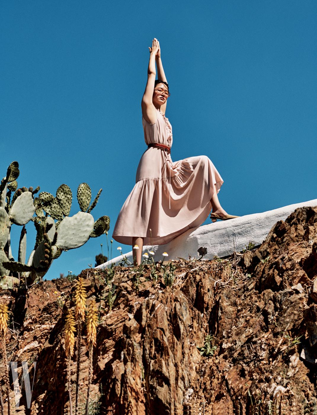 셔링 드레스와 벨트는 Bottega Veneta, 조약돌 모양 힐 샌들은 Loewe, 선글라스는 Celine 제품.