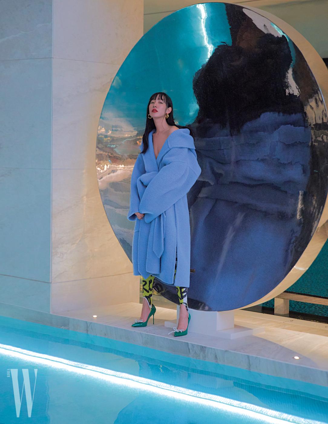 포근한 하늘색 코트, 레깅스, 리본 장식 슈즈는 모두 Burberry, 골드 링 귀고리는 Celine 제품.